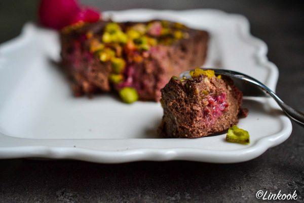 Gâteau au chocolat & framboises aux éclats de pistache | ©Yood (Good food good mood for you)