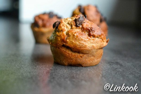 Muffins protéinés à la banane, purée de cacahuète & pépites de chocolat | ©Yood (Good food good mood for you)